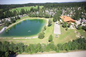 Luftbild vom Campingplatz mit Gaststätte
